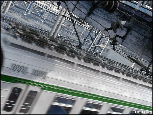 Один заодним идут поезда, воспаляя наши глаза. Изображение № 2.