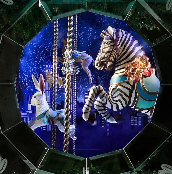 10 праздничных витрин: Робот в Agent Provocateur, цирк в Louis Vuitton и другие. Изображение № 53.