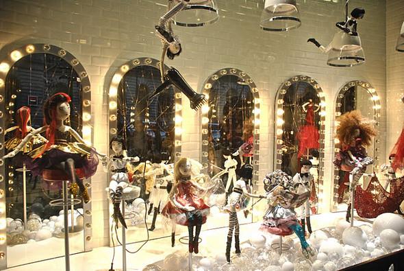 10 праздничных витрин: Робот в Agent Provocateur, цирк в Louis Vuitton и другие. Изображение № 36.