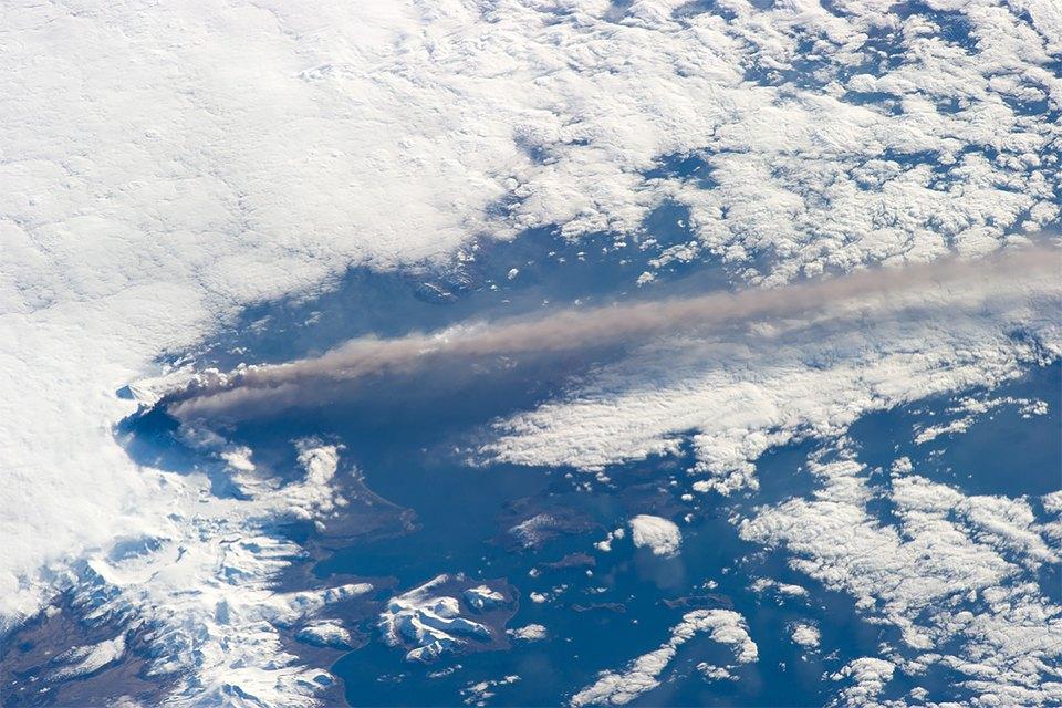Как выглядит из космоса извержение вулкана. Изображение №5.