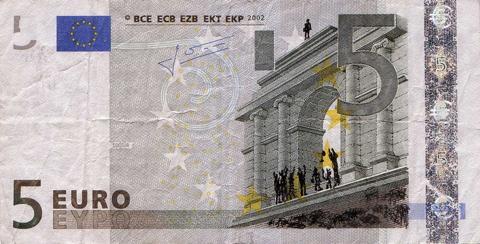 Художник в знак протеста изрисовал банкноты на 3555 евро. Изображение № 37.