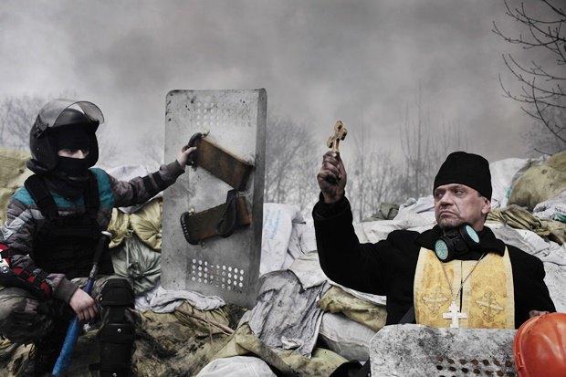 Священник во время событий Евромайдана в Киеве / Автор: Jerome Sessini. Изображение № 15.