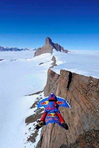 Бейс-джампер Валерий Розов совершил прыжок с одной из самых красивых и сложных гор Антарктики. Изображение № 3.