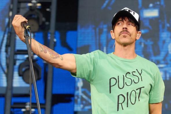 Энтони Кидис, солист Red Hot Chili Peppers. Надел футболку с надписью Pussy Riot на концерты группы в Москве и Санкт-Петербурге.. Изображение № 9.