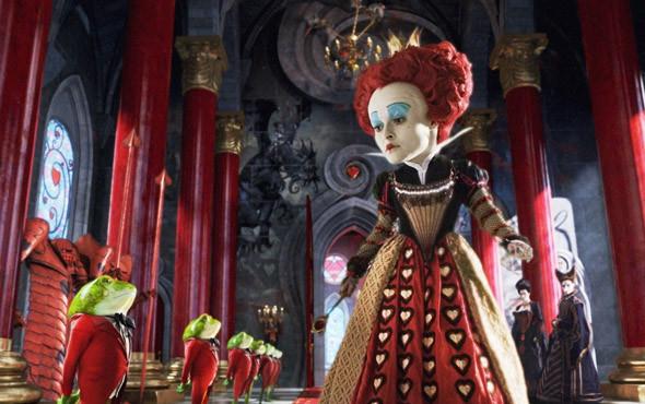 Как ни странно, своей следующей подруге жизни, Хелене Бонэм-Картер, Бертон тоже приделал большую голову. «Алиса в Стране Чудес», 2010. Изображение № 15.