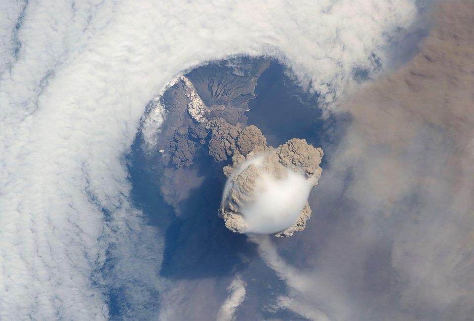 Как выглядит из космоса извержение вулкана. Изображение №1.