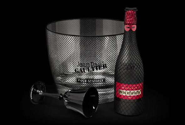 Жан-Поль Готье одевает в латекс шампанское. Изображение № 1.