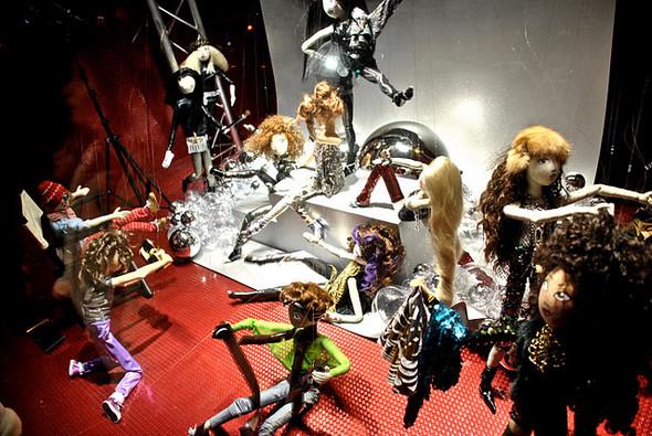 10 праздничных витрин: Робот в Agent Provocateur, цирк в Louis Vuitton и другие. Изображение № 32.