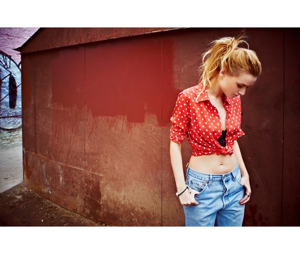 Блуза 6PENCE, 4 400 р., джинсы Beyond Retro, 2 220 р., ботинки Black Madonna, 3 600 р.. Изображение №11.