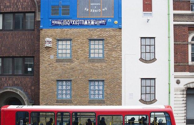 В Лондоне появился перевёрнутый вверх дном дом. Изображение № 3.