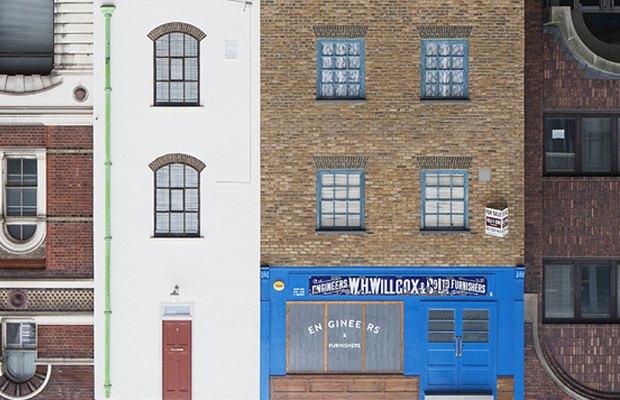 В Лондоне появился перевёрнутый вверх дном дом. Изображение № 5.