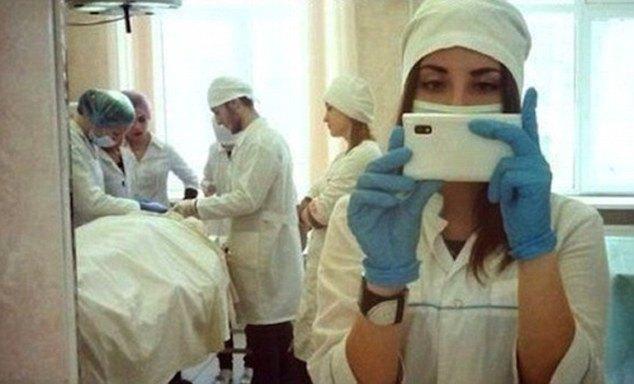Селфи на фоне операции по шунтированию сердца. Изображение № 8.