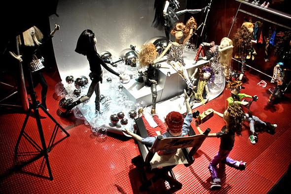 10 праздничных витрин: Робот в Agent Provocateur, цирк в Louis Vuitton и другие. Изображение № 27.