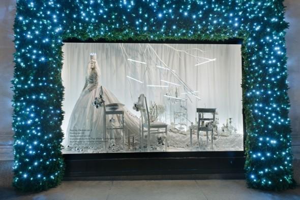 10 праздничных витрин: Робот в Agent Provocateur, цирк в Louis Vuitton и другие. Изображение № 83.
