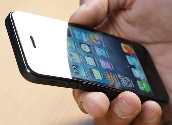 Стресс-тест: новые айфоны и другие смартфоны гнут на прессе. Изображение № 1.