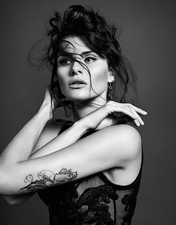 Черная жемчужина: Изабели Фонтана в монохромной съемке. Изображение № 3.
