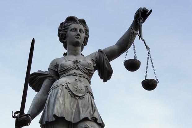 Скульптура Юстиции во Франкфурте-на-Майне; картинка из поста Wikimedia о суде. Изображение № 1.