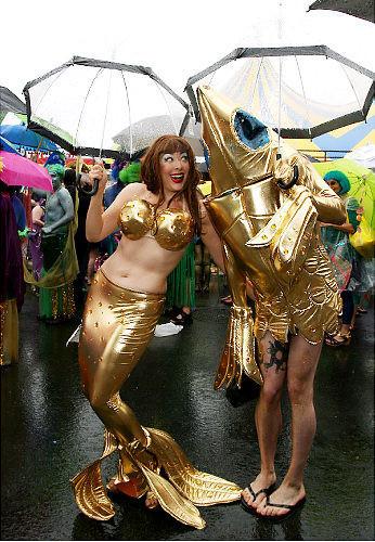 Танцующие геи-китайцы навоздушных шарах. Изображение № 6.