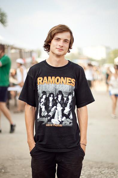 Изображение 13. Люди в футболках музыкальных групп на Пикнике «Афиши».. Изображение № 11.