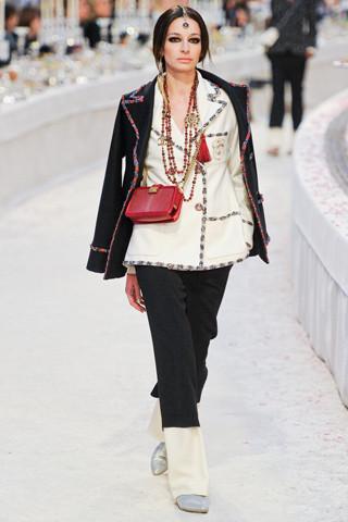 Chanel показали пре-осеннюю коллекцию. Изображение № 16.