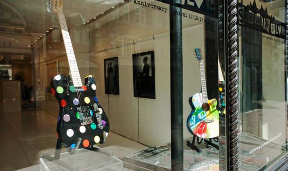 Дэмиен Херст разрисовал гитары в память о солисте The Clash. Изображение № 1.