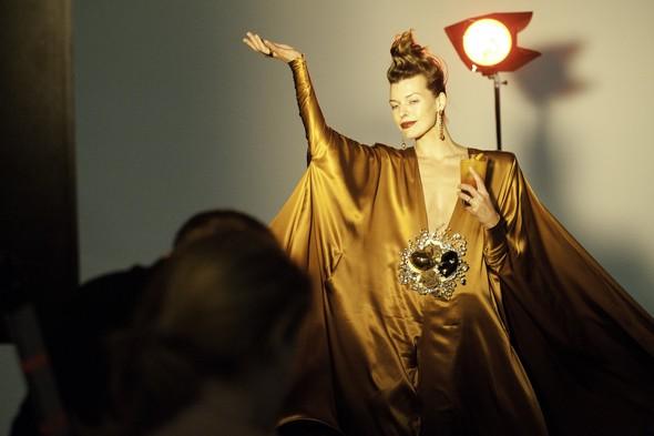 Мила Йовович в календаре Campari 2012. Изображение № 24.