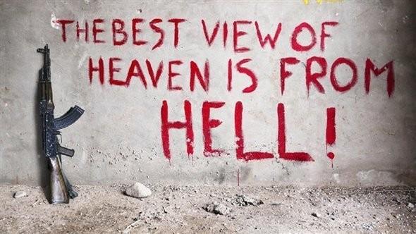 Best View of Heaven is from Hell.  Надпись нанесена на стену захваченного здания в провинции Гильменд, сейчас это действующая штаб-квартира для войск ISAF. Этот лозунг впечатлил Симондсона и был взят для названия данной серии фотографий.. Изображение № 6.