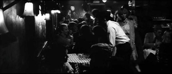2. Elaine's Знаковое место Нью-Йорка, где можно было встретить Мию Фэрроу, Тома Вулфа, Роберта Мазервелла, Нормана Мейлера и самого Аллена, снявшего здесь не одну сцену — не только в «Манхэттене». Во время вручения «Оскара» здесь закатывали торжественный ужин со знаменитостями. Увы, посидеть в нем уже не удастся — Elaine's ненадолго пережил свою бессменную хозяйку Элен Кауфман, умершую в декабре 2010, и закрылся весной этого года.. Изображение №15.