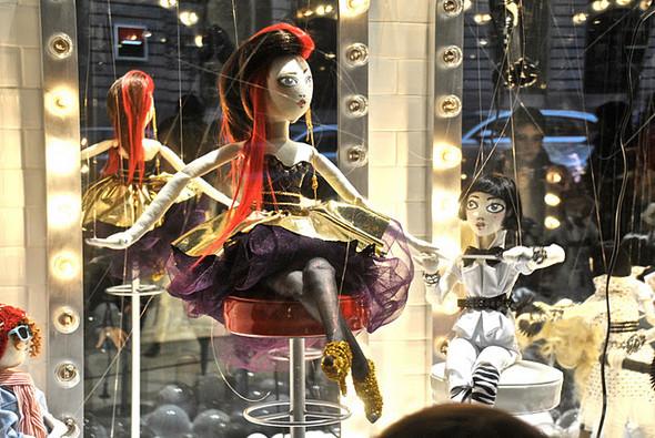 10 праздничных витрин: Робот в Agent Provocateur, цирк в Louis Vuitton и другие. Изображение № 37.