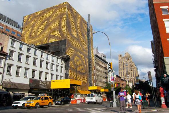 Яёй Кусама превратила здание в произведение искусства. Изображение № 2.