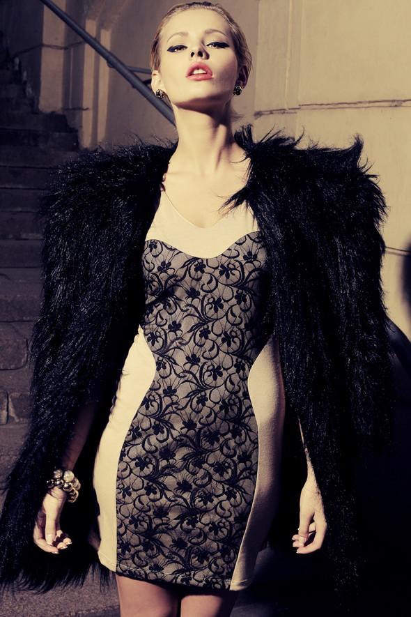 Шуба из искусственного меха 11000 р. Платье из вискозы и кружева 4800 р.. Изображение № 8.