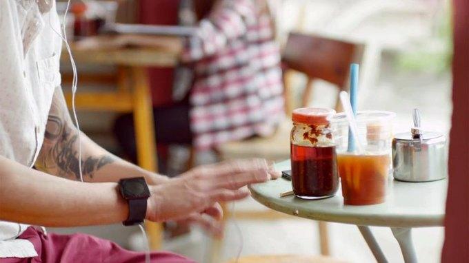 В рекламе iPhone 5, вероятно, «засветились» часы iWatch. Изображение № 1.
