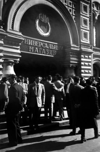 У входа в ГУМ, 1955 г.. Изображение № 116.