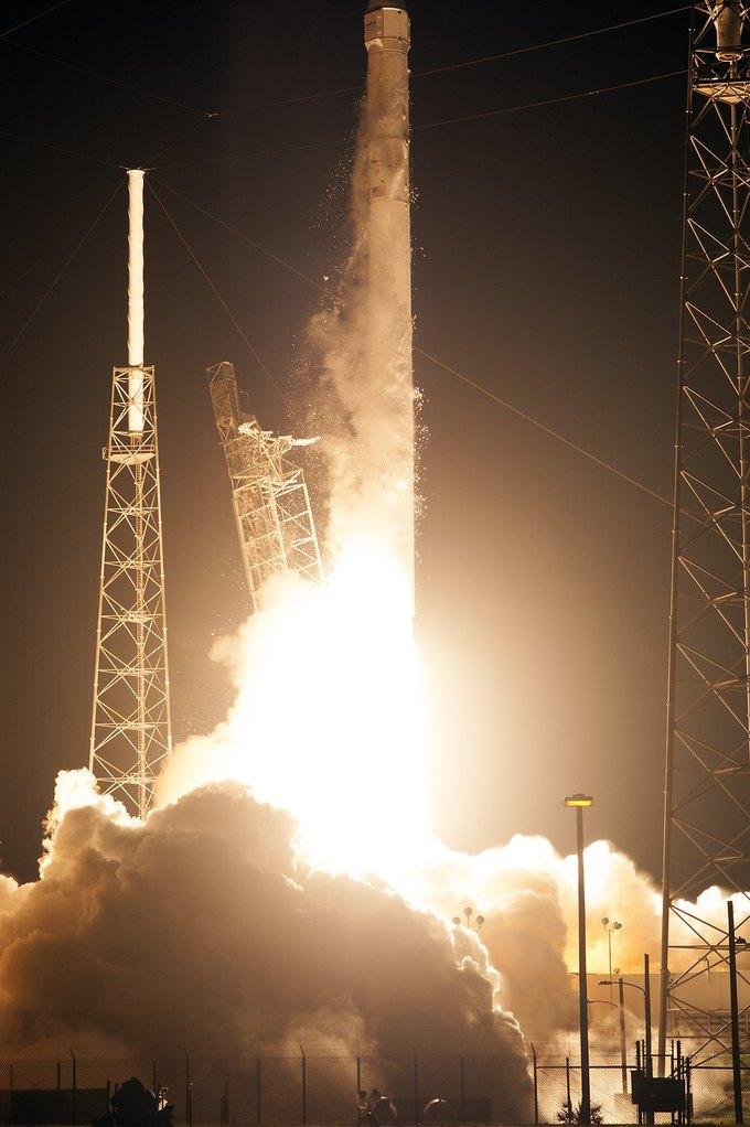 Старт ракеты-носителя Dragon. Изображение № 1.