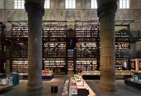 Книжный магазин встенах католической церкви. Изображение № 3.