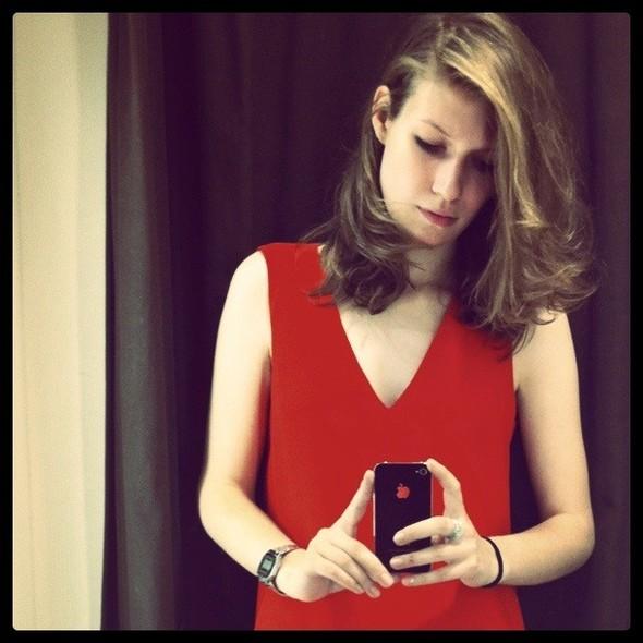 Я всегда была уверена, что мне не идет красный, но платье минималистичного кроя из Zara меня все же переубедило. Изображение № 16.
