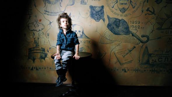 """""""Роман в тату салоне"""", Москва 2009.  Роман следует по стопам своей матери, любительнице красивых татуировок. Во время съемок он признался, что ему нравятся девушки постарше, такие как моя 26-летняя ассистентка Наташа. А ровесницы, по его словам, все время плачут и визжат по любому поводу.. Изображение № 1."""