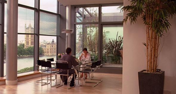 1. Parliament View Apartments  Жилой дом на набережной Albert Embankment построен в 2002 году. В здании около четырех сотен квартир, самая дешевая из которых стоит двести тысяч фунтов, а самая дорогая — четыре с половиной миллиона. К счастью, за центровой вид на Темзу не обязательно платить такие деньги: многие из апартаментов официально сдаются туристам за вменяемые тысячу-две фунтов в неделю. Впрочем, за одну из этих квартир Крису приходится расплатиться жизнью Нолы.. Изображение №46.