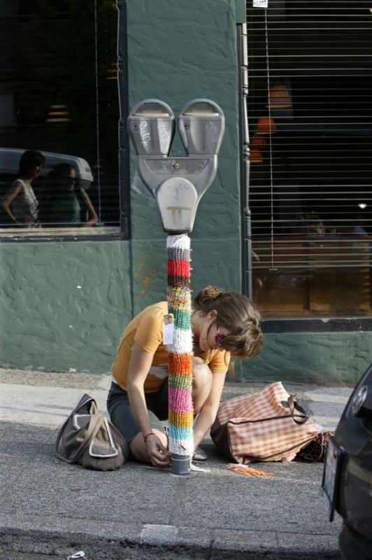 Бомбардировщики пряжей одевают улицы ввязаное граффити. Изображение № 11.