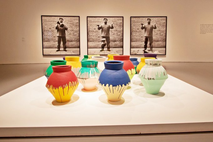 Вазы серии работ Colored Vases; фотографии перформанса «Роняя вазу династии Хань» — на заднем плане. Изображение № 1.