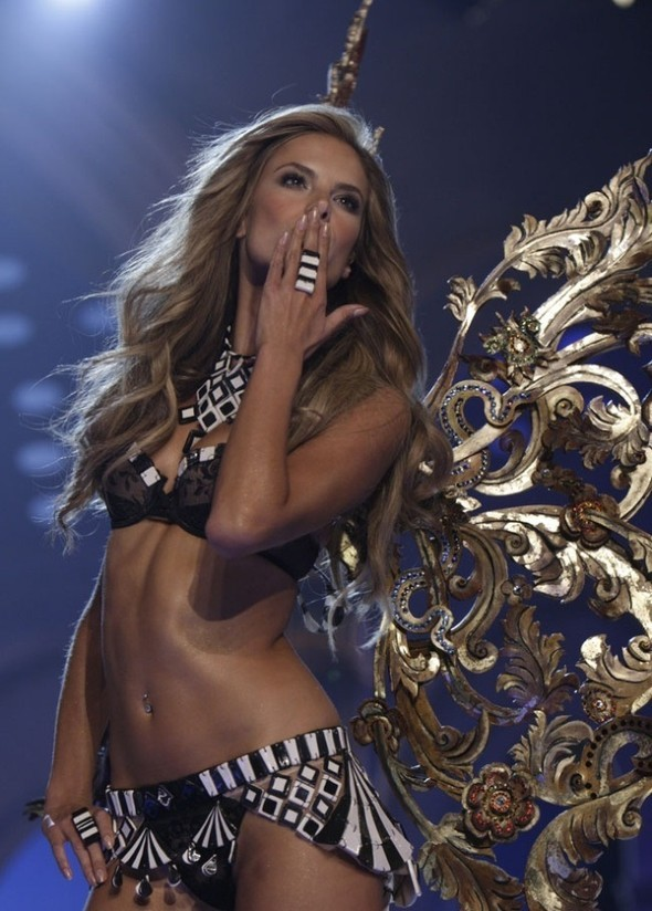 Victoria's Secret Fashion Show 2009–2010. Изображение № 22.