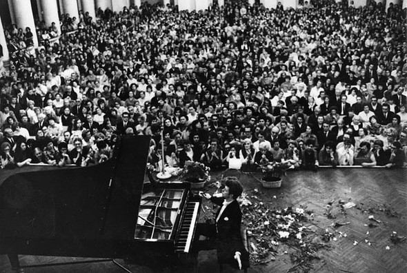 Ван Клиберн - победитель I Международного конкурса Чайковского - на сцене Большого зала консерватории. Изображение № 1.