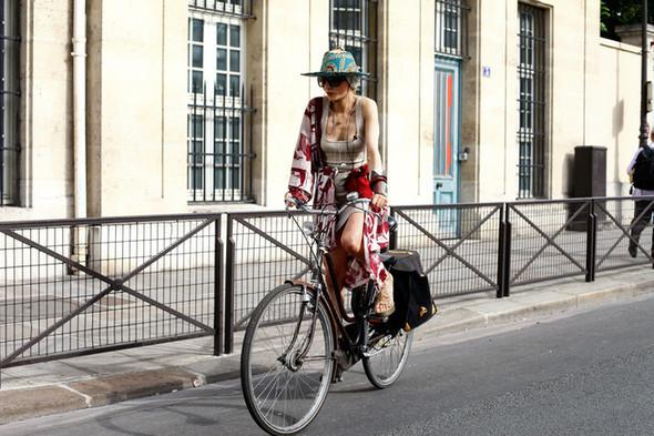 Уличный стиль на Неделе высокой моды в Париже. Изображение № 11.
