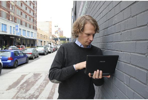 Художник Арам Бартол переносит ньюйоркцев в эпоху «лоу веба». Изображение № 10.