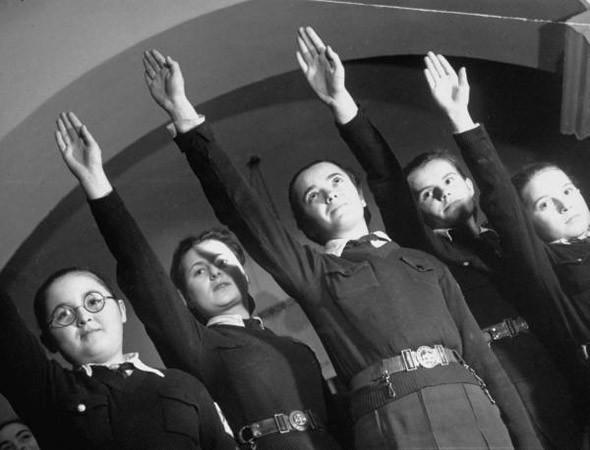 Немецкие школьники в форме образца Второй мировой войны. Изображение №17.