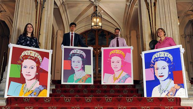 Елизавета II купила четыре собственных портрета кисти Энди Уорхола. Изображение № 2.