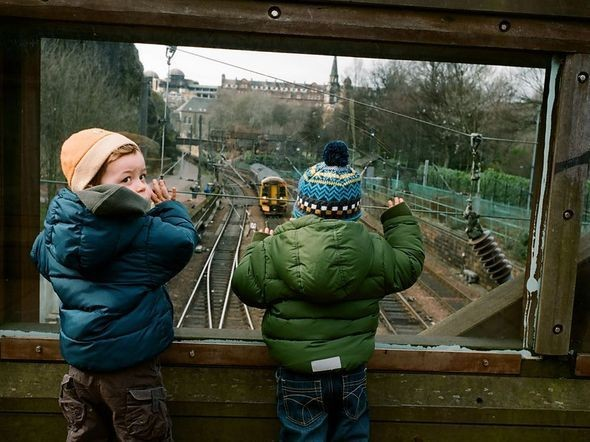 Children Watching Train, Edinburgh. Изображение № 11.