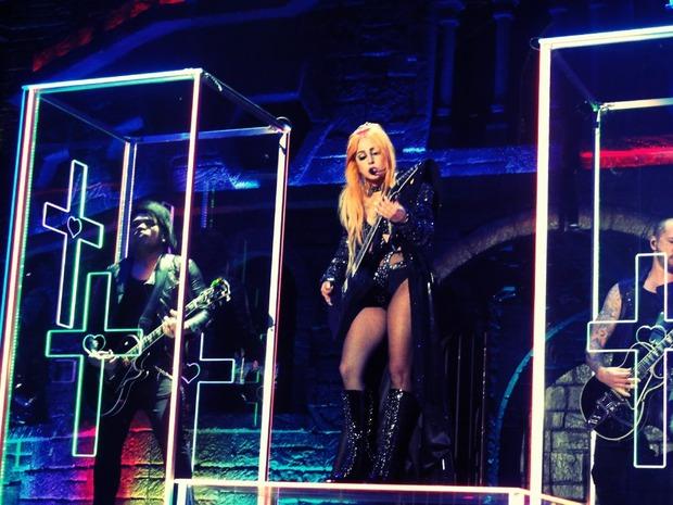 Так (частично) выглядит шоу Lady Gaga Born This Way Ball.. Изображение № 1.