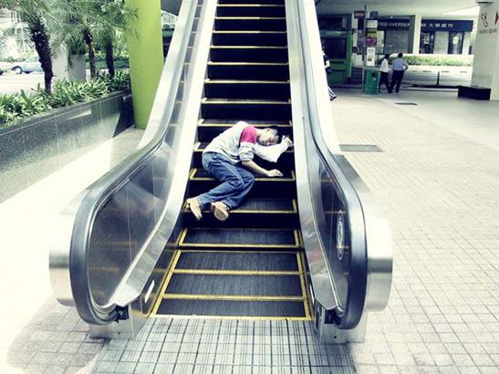 Пока ты спал:  Спящий приятель в публичных местах. Изображение № 5.