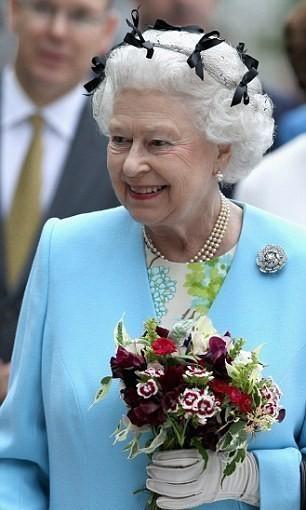 Елизавета II с букетом. Изображение № 10.